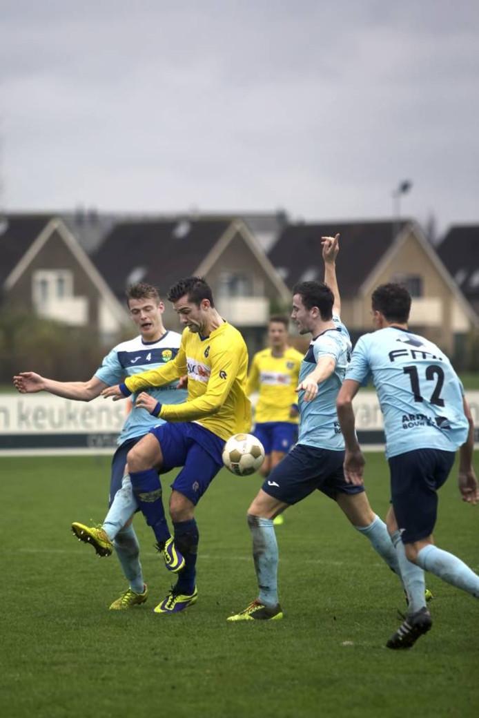 Dongen-speler Jaap van der Waarden (midden, gele shirt), weet zich langs de verdediging van Halsteren te werken terwijl er driftig om hands wordt geappelleerd.