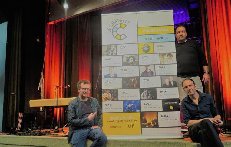 De organisatie samen met de affiche voor de komende weken op het podium van de Chapelle