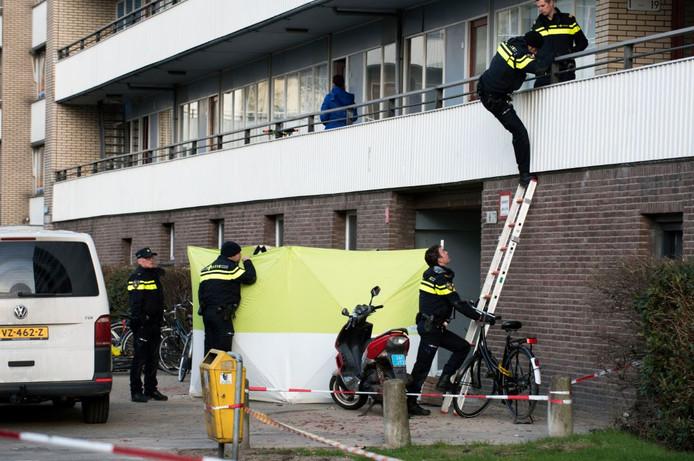 De politie doet onderzoek in een flatgebouw in Overvecht na een liquidatie. Archiefbeeld.