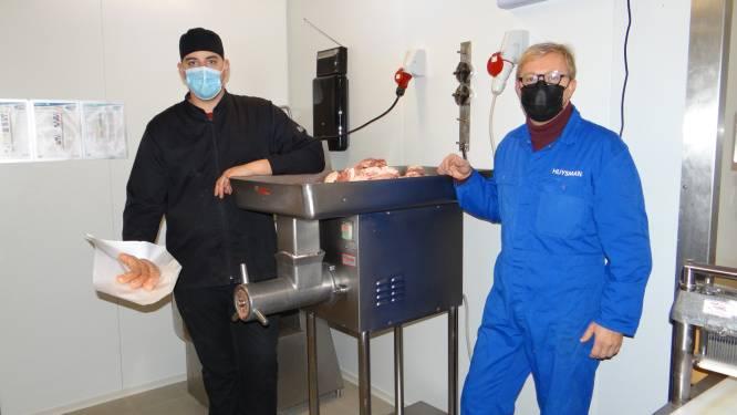 """Schepen Huysman schenkt varken van 130 kilo aan plaatselijke slager: """"Versnijden, worsten maken, en uitdelen aan de klanten"""""""