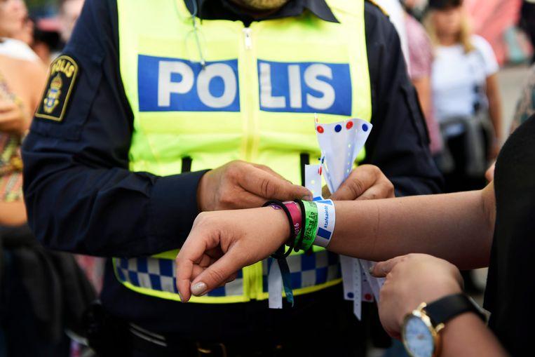 De Zweedse politie brengt in 2016 bij een festivalbezoeker een armband aan met de tekst: 'niet betasten' Beeld EPA