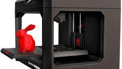 Kinderen leren kneepjes van het 3D printen in de plaatselijke Bibliotheek