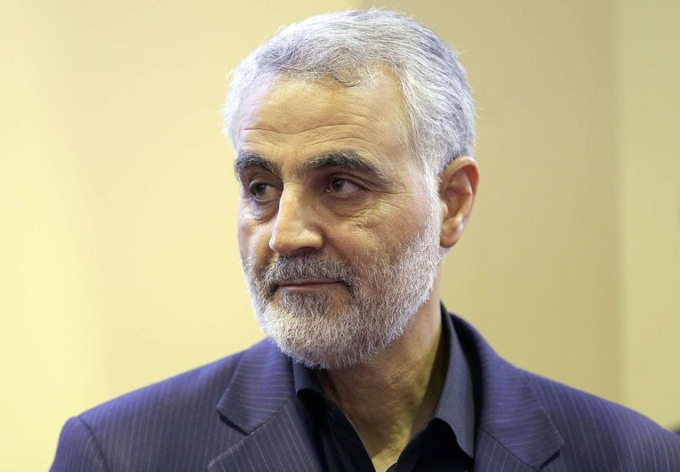 Op deze foto, gemaakt op 14 september 2013, kijkt Qassem Suleimani toe hoe mensen hun condoleances uitspreken na de dood van zijn moeder in Teheran. Beeld afp