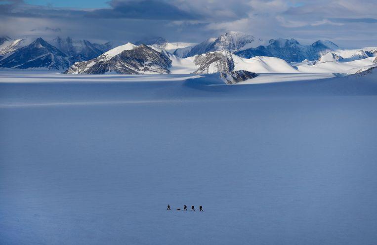 Een Chileense wetenschapper en militairen nabij de Chileense basis op Antarctica.  Beeld EPA