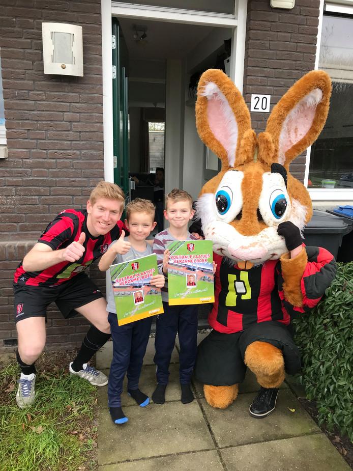 Stef (links) en Mats (rechts) Willems met hun persoonlijke OJC-plaatjes en voetbalplaatjesboek.