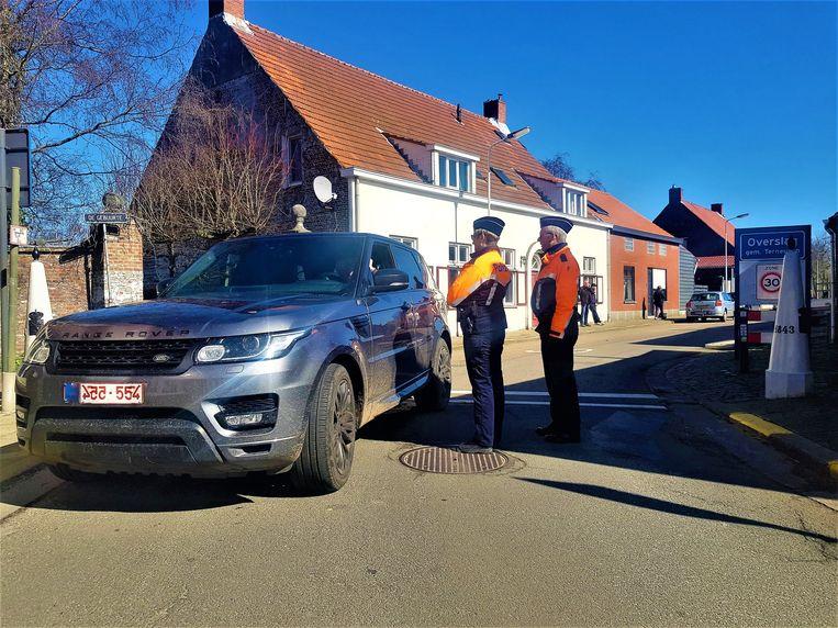 Aan de grensovergang in het tweelandendorpje Overslag werd deze ochtend zwaar gecontroleerd.