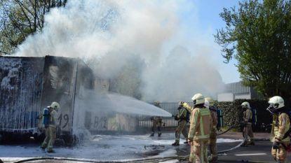 Truckchauffeur hoort knal: oplegger met plastic flessen gaat volledig in vlammen op