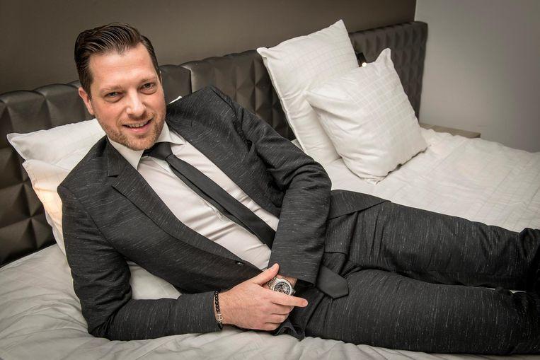 Hotelmanager Cédric Decaestecker poseert even in het bed waar Peter Sagan in heeft geslapen. Zowel de boxspring als de matras worden verkocht.
