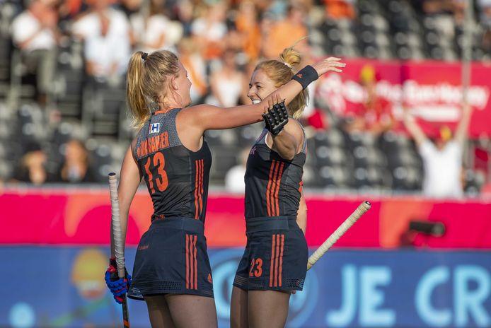 Caia Van Maasakker en Margot Van Geffen vieren een van de vele treffers.