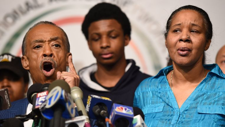 Dominee Al Sharpton (links) met een zoon en de weduwe van Eric Garner. Beeld afp