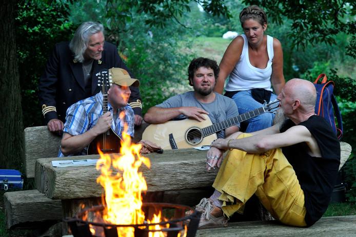 Bij het kampvuur wordt streekmuziek gezongen van onder meer Daniel Lohues