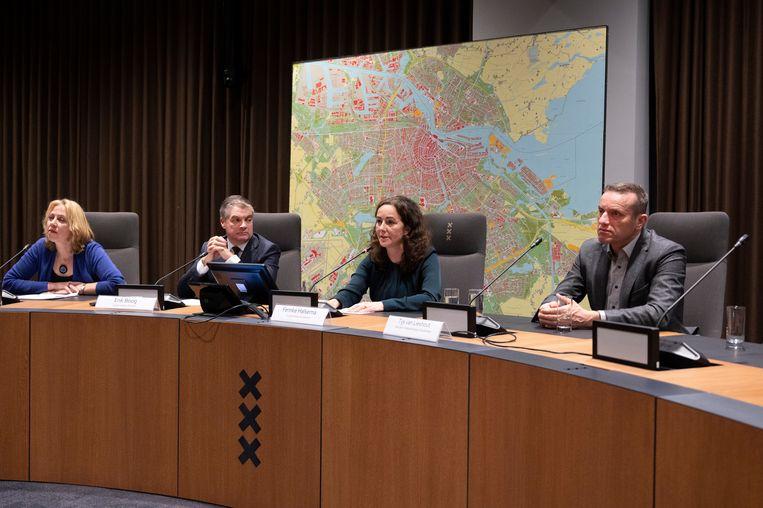 (vlnr) Yvonne van Duijnhoven (GGD), burgemeester Erik Boog (Diemen), burgemeester Femke Halsema en Tijs van Lieshout (directeur Veiligheidsregio Amsterdam) tijdens de persconferentie. Beeld ANP