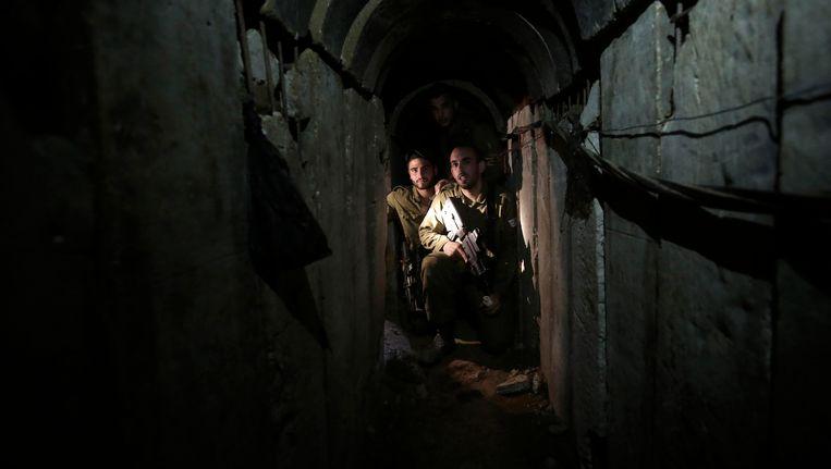 Israëlische militairen vorige week zondag in de door Hamas aangelegde tunnel tussen Gaza en Israël. Beeld AP