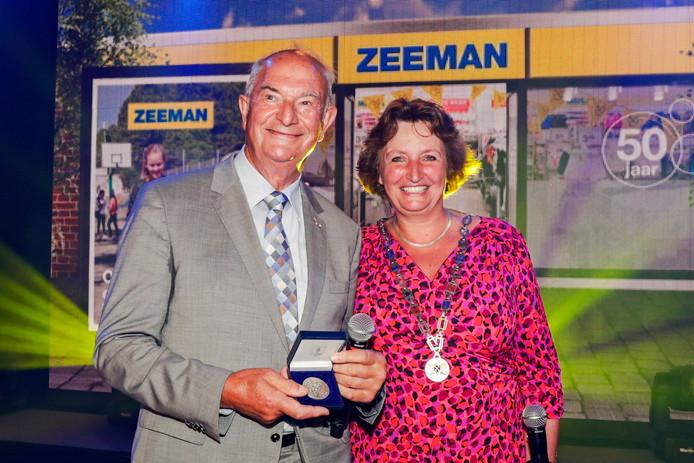 Burgemeester Liesbeth Spies reikt in 2017 de erepenning van de stad uit aan Jan Zeeman tijdens het feest ter gelegenheid van het 50 jarig bestaan van het Alphense bedrijf.