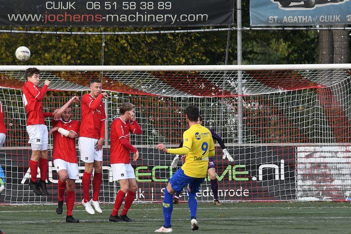 De muur van JVC Cuijk wordt gepasseerd bij een vrije trap, in de thuiswedstrijd tegen Dongen eerder dit seizoen.