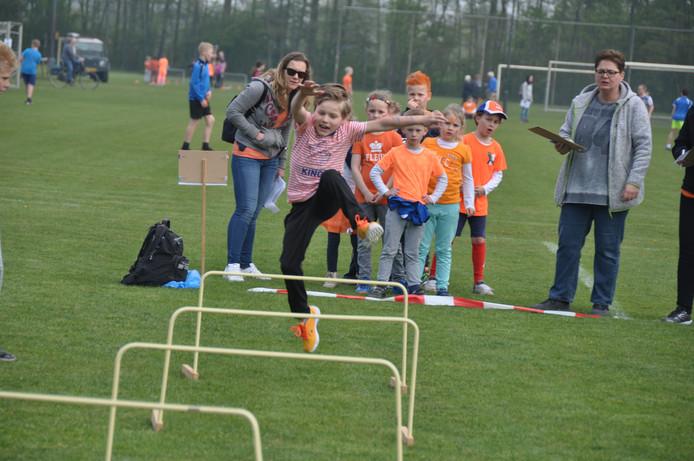 Hoog springen tijdens de Koningsspelen op basisschool De Veste vrijdag.