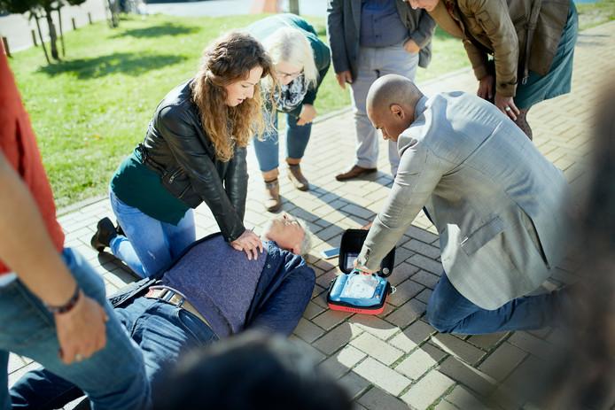 Een demonstratie reanimeren met een AED. Foto ter illustratie.