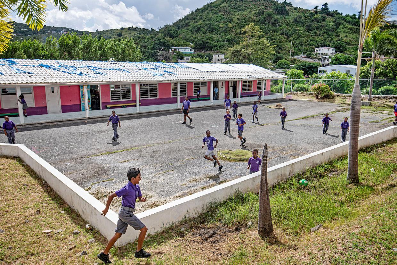 De publieke sector, zoals deze school midden op het eiland, de MLK school, daarvan is het dak nog niet herstelt.  Beeld Guus Dubbelman / de Volkskrant