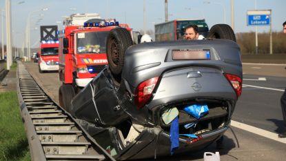 Auto over de kop na aanrijding met vrachtwagen op E17