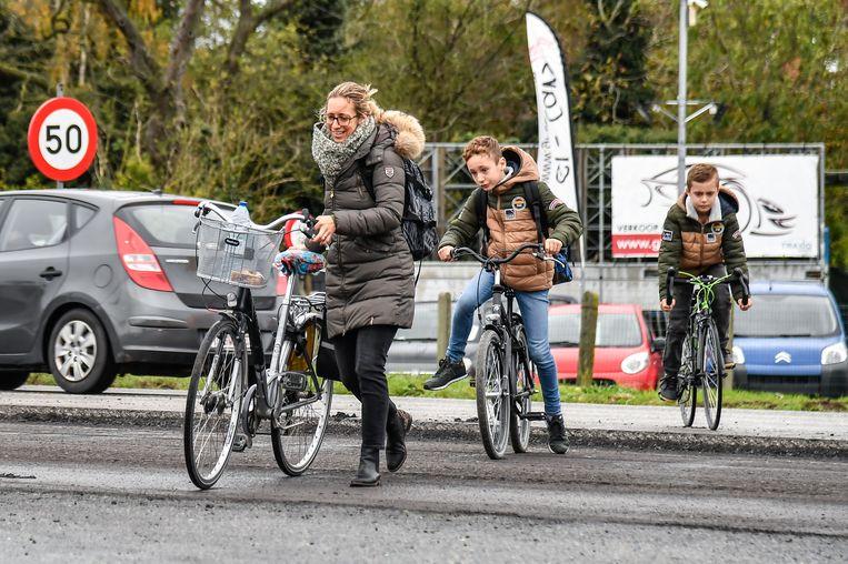 Deze familie uit de Denstraat reed na een uur in de file terug naar huis om daar de fiets te nemen in een poging op school en het werk te geraken.