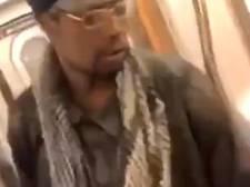 Metroreizigers New York kijken toe hoe man hulpeloze bejaarde vrouw aftuigt