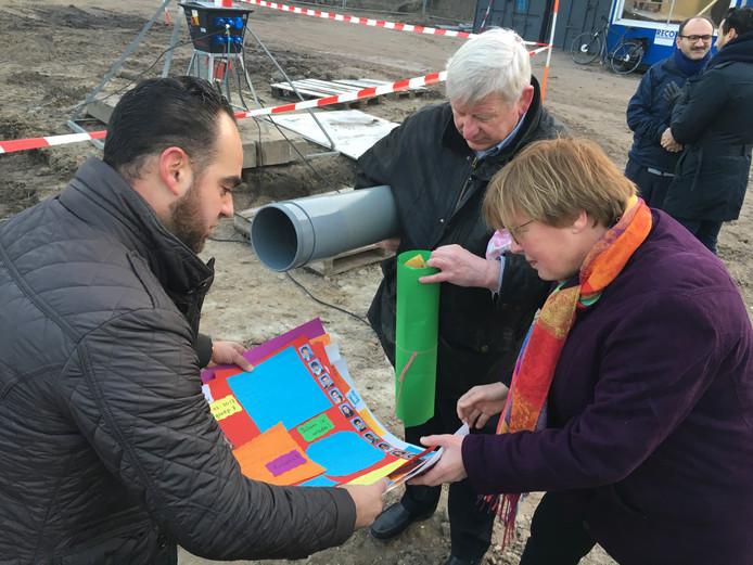 Wethouder Jannie Visscher bekijkt met directeur Mathijs Vermeer van de islamitische school TarieqIbnoe Ziyad werkjes van kinderen voor de tijdcapsule
