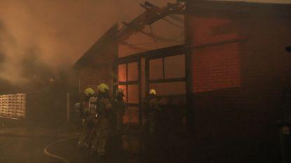 Hulpverleningszone Waasland biedt hulp bij zware uitslaande brand in voormalige schrijnwerkerij in Nieuw-Namen (NL), ook asbest vrijgekomen