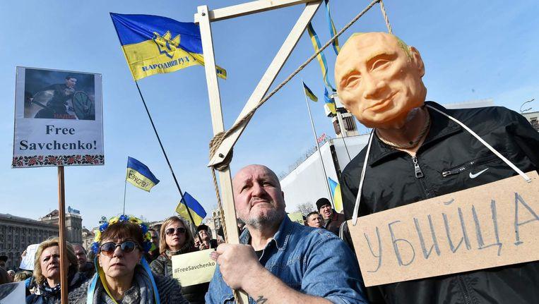 Oekraïners protesteren voor de vrijlating van de Oekraïense pilote Nadiya Savchenko op het Onafhankelijkheidsplein in Kiev. Beeld afp