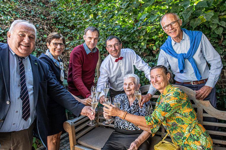 Germana Passchyn hief samen met haar familie het glas op haar 102de verjaardag in de Ooievaar in Roeselare
