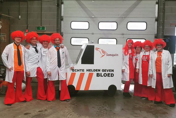 """'Dit is onze groep: De Deurslurpers uit Wijchen. Helaas ook onze optocht in het """"helden jaar"""" afgelast. Ondanks dat hebben we ons toch in onze outfits gehesen. Met onze loopgroep met wagentje van Sanquin de bloedbank. Want volgens ons zijn helden mensen die bloed doneren! Met de slogan; echte helden geven bloed. Met heel veel dank aan Sanquin Nijmegen voor hun enthousiasme en hulp met leuke items om uit te delen! Hopelijk krijgen we een herkansing in Wijchen om dit alsnog te doen!'"""
