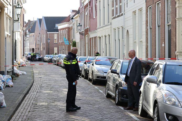 Burgemeester Bort Koelewijn wordt bijgepraat door teamchef van de politie Johan Ekkel.