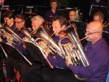 Steenwijker muzikanten blazen drie uur non-stop voor nieuwe instrumenten