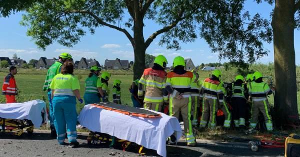 Slachtoffer overleden na frontale botsing tussen auto en vrachtwagen in Rossum.