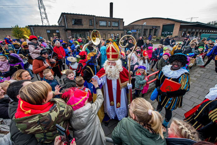 High five bij aankomst van Sinterklaas bij de voormalige veiling.