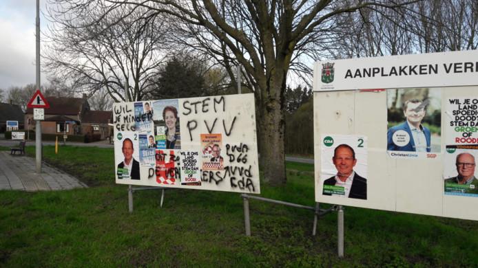 Verkiezingsborden zijn beklad en er zijn affiches van de nationalistische actiegroep Voorpost over posters van politieke partijen geplakt in Halderberge.
