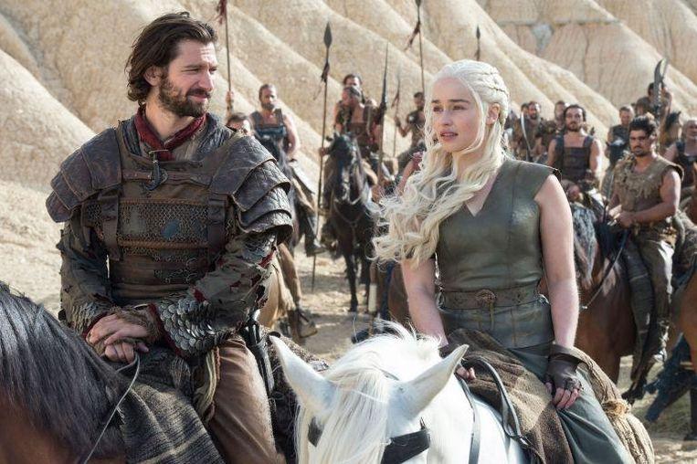 Michiel Huisman als Daario Naharis, samen met Emilia Clarke (Daenerys Targaryen).