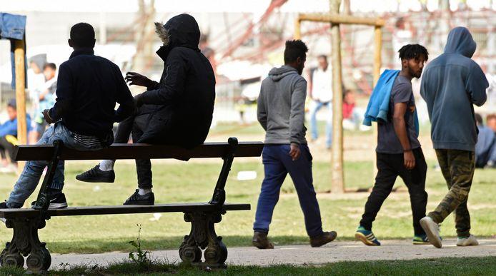 Migranten in het Brusselse Maximiliaanpark. Archiefbeeld.
