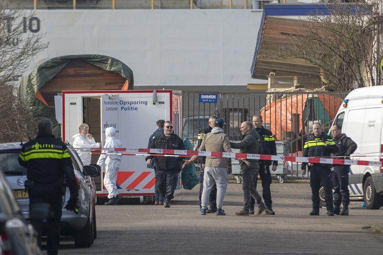 2018-03-29 10:13:08 AMSTERDAM - In Amsterdam-Noord is vrijdagmorgen geschoten. De politie wil vooralsnog alleen kwijt dat mogelijk iemand is geraakt. De schietpartij gebeurde aan de Tt. Melissaweg, die bij een jachthaven ligt.  Een stukje verderop aan de Tt. Vasumweg heeft de politie een brandend voertuig gevonden. Diverse politieauto's en een traumahelikopter zijn ter plaatse. ANP MICHEL VAN BERGEN Beeld Anp