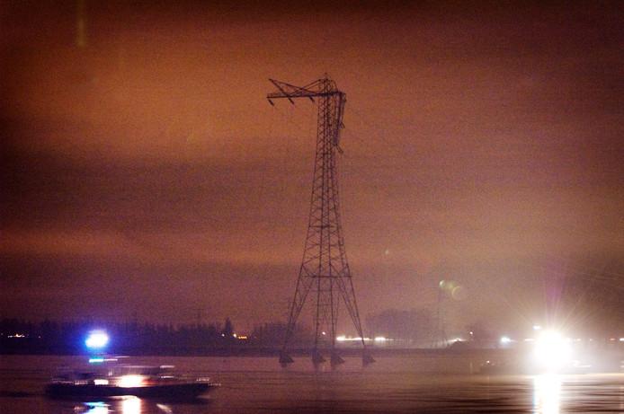 De geknakte hoogspanningsmast aan de Waal bij Hurwenen in december 2007.