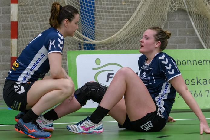Koppe en Koppe, Silvana (l) en Dominique, beseffen dat Dalfsen het seizoen zonder finaleplaats afsluit.