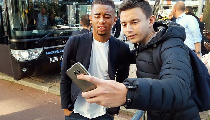 Fans maken selfies met spelers van Manchester City voor het Mainport Hotel in Rotterdam.