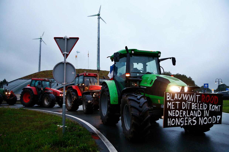 Drentse boeren verzamelen zich met hun trekkers langs de snelweg A28 bij Hoogeveen voor een blokkade richting Zwolle.