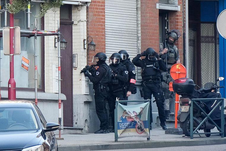 Een speciale eenheid van de federale politie staat klaar om een huis binnen te gaan.