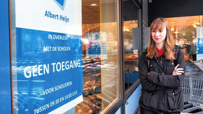 Sofie Breimer (18) mag tijdens spitsuren geen boodschappen doen bij de Albert Heijn aan het Bentinckplein, omdat ze student is. Ahold zegt daarmee een 'plezierige winkelervaring' voor de overige klanten te willen waarborgen.