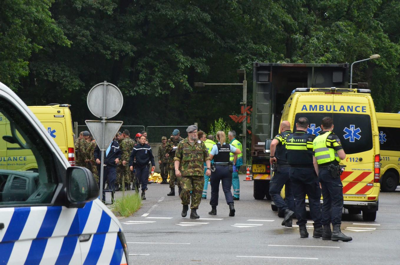 Hulpdiensten en militairen in actie bij het Ossendrechtse terrein waar in één klap veertien gewonden vielen, toen de bliksem insloeg.