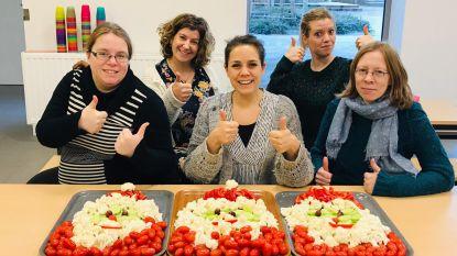 School maakt creatieve groenten- en fruitschotels voor Kerstmis