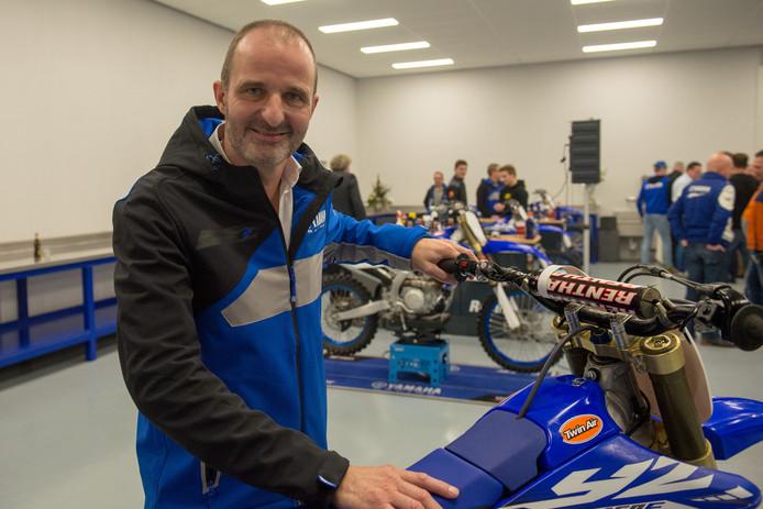 Wim Hutten van Hutten Metaal Racing uit Beerzerveld met één van zijn crossmotoren.