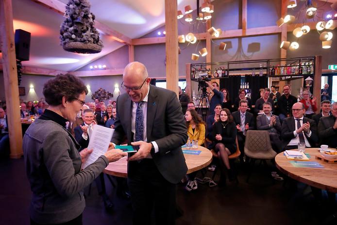 Catrien Brandenberg overhandigt burgemeester Egbert Lichtenberg een boekje over haar woonplaats.