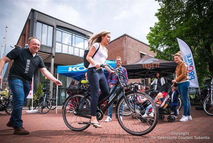 De testdag is vooral gericht op de stressende werknemer die zich dagelijks met auto naar het werk begeeft op het dichtslibbende Twentse wegennet, dus niet op ouderen, die de e-bike al massaal hebben ontdekt.