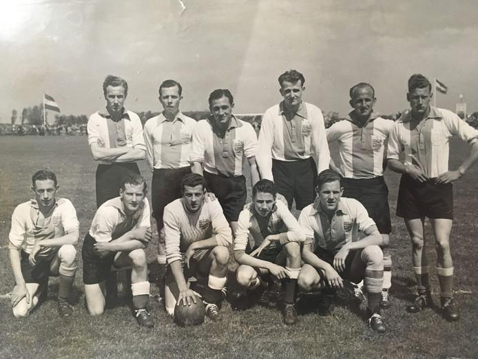 Jaap Remmerswaal (uiterst links, achterste rij) met het kampioensteam van SV Wassenaar in 1952.